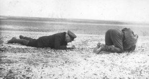 Wilhelm Krüger bei der Untersuchung von Muschel-Schillen im Watt